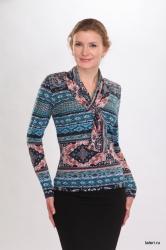 Трикотажная блуза с длиным рукавом. Воротник-шалька переходит через петлю в шарфик, свободно спадая на грудь. Незаменимая модель в женском гардеробе, которая может использоваться как самостоятельная часть женского образа. Цвет: синий.