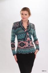 Трикотажная блуза с длиным рукавом. Воротник-шалька переходит через петлю в шарфик, свободно спадая на грудь. Незаменимая модель в женском гардеробе, которая может использоваться как самостоятельная часть женского образа. Цвет: зеленый.