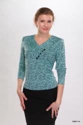 Блуза с длинным рукавом. Оригинальный воротник с V-образным вырезом и односторонней драпировкой на груди. Незаменимая модель в любом женском гардеробе. Цвет: бирюзово-синий.