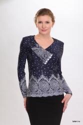Блуза с длинным рукавом. Оригинальный воротник с V-образным вырезом и односторонней драпировкой на груди. Незаменимая модель в любом женском гардеробе. Цвет: сине-белый.