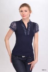 Ключевой элемент романтичного, женственного образа: блуза, выполненная из однотонного вискозного полотна, отделка - цветная трикотажная сетка. Полуприлегающий силуэт, небольшой воротник – стойка. Яркий штрих – нежные рюши, которыми украшена планка изделия и воротник.