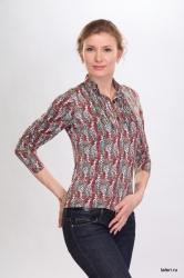 Ключевой элемент романтичного, женственного образа: блуза, выполненная из тонкого вискозного полотна в мелкий горошек. Полуприлегающий силуэт, небольшой отложной воротник – все это создает целостную, гармоничную картину. Ну, а самый яркий штрих – крошечные нежные рюши, которыми украшена полочка изделия.