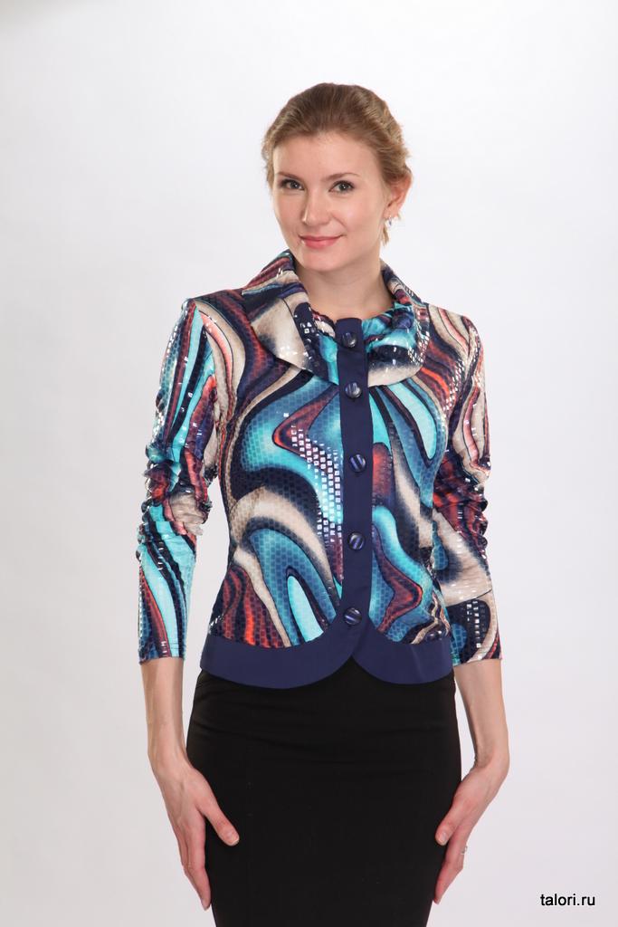 Элегантный женский жакет-блуза из холодной вискозы. Борта и полочки жакета выполнены из отделочного атласа синего цвета. Модель рекомендуется использовать как элемент праздничного женского образа.