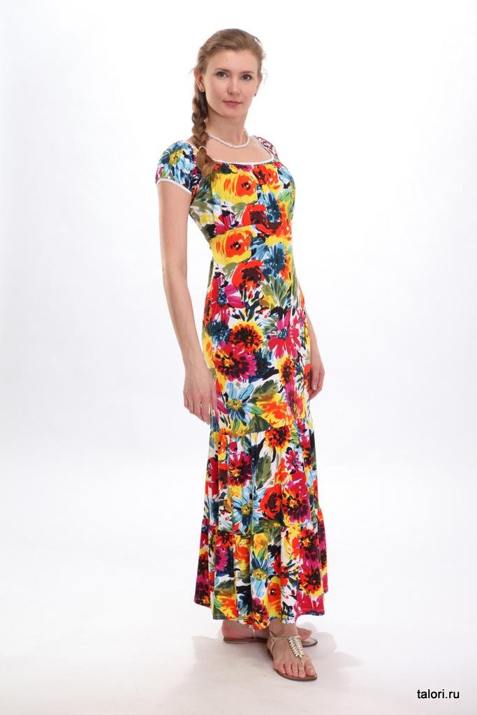 Интересное силуэтное решение: платье, прилегающее по линии талии и снабженное присборенными лифом и рукавами. Кокетливый образ довершают двойная широкая оборка и поясок выше линии талии, завязываемый сзади. Это платье можно носить с балетками, а еще – с легкими плетеными босоножками в стиле кантри и даже летними сапогами.