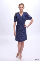Это платье из струящейся холодной вискозы – великолепное решение для любительниц классического стиля и элегантных фасонов. Модель привлекает внимание интересными деталями кроя. Так, драпировка лифа, выполненного с запАхом, рифмуется с аналогичной деталью юбки. Ниспадающие складки ткани на полочке великолепно маскируют мелкие недостатки фигуры.