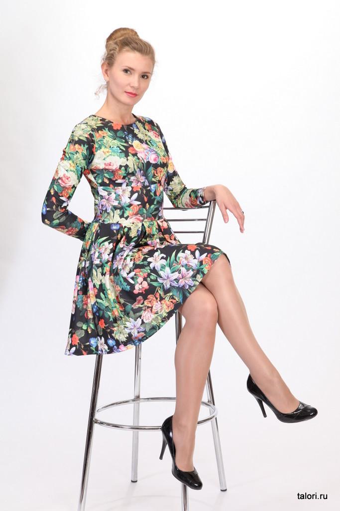 Это романтичное женское платье в стиле 60-х годов. Отрезная по линии талии юбка, собранная во встречные складки, зрительно скрывает легкие недостатки фигуры. Рукав-классический длинный. Подрез под линией груди добавляют женственности этой модели. Расцветка - цветочный принт, так актуальный в этом сезоне.