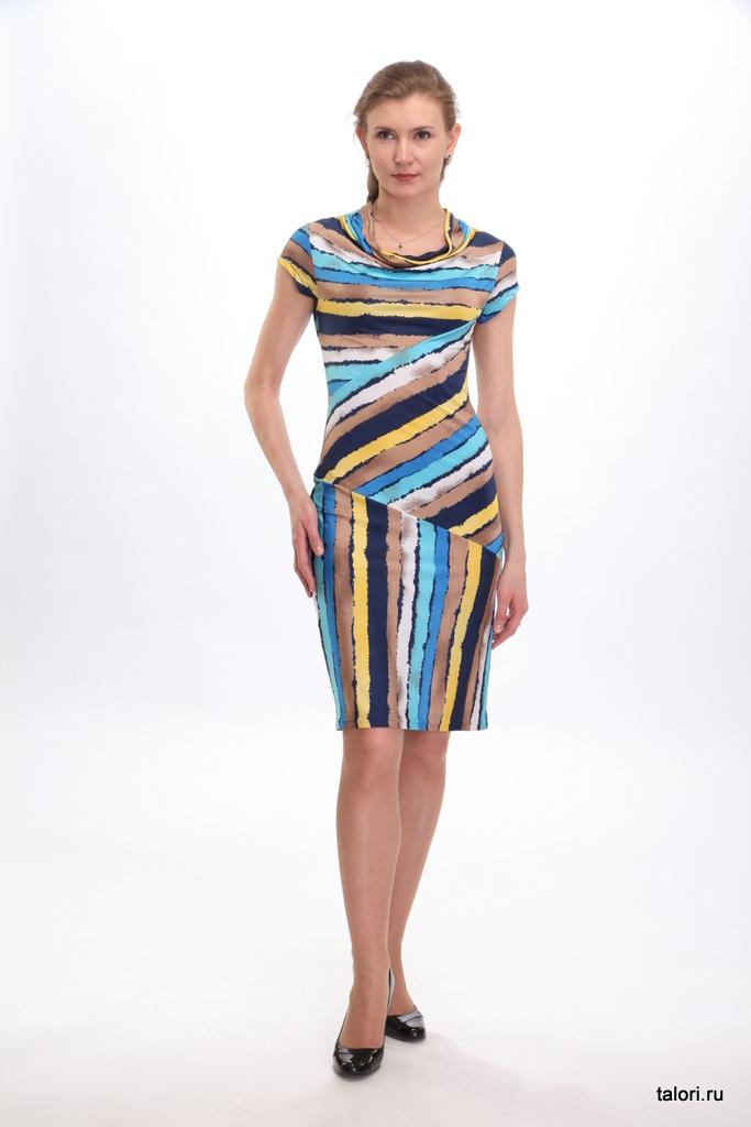 Это полуприлегающее платье из холодной вискозы поможет создать милый женственный образ. При этом модель вполне может стать частью летнего офисного гардероба – благодаря сдержанности, четкой соразмерности деталей. Особую привлекательность образу придают драпирующийся воротник-качели и асимметричное расположение полос на полочке и спинке. Рекомендуем носить с короткой ниткой бус.