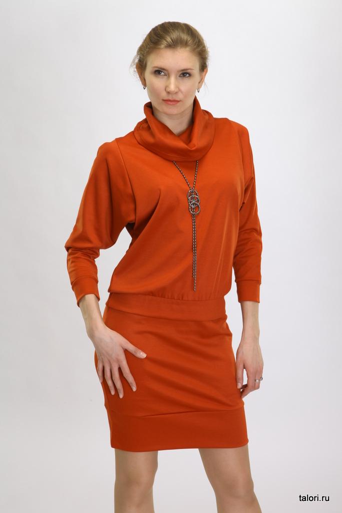 Уютное платье из вискозного полотна, выполненное в виде свободного блузона и юбки-карандаша. Мягкая, хорошо драпирующаяся ткань позволяет скрыть недостатки фигуры, одновременно придавая образу женственность и изысканность. Притачной пояс блузона, подчеркивающий линию бедра, рифмуется с широкой обтачкой юбки.
